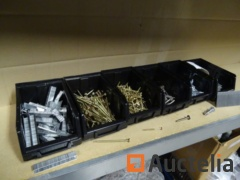 6 bins: staples, wood screw, bouten, Makita nails, 50 metal plastic anchors for Gyproc